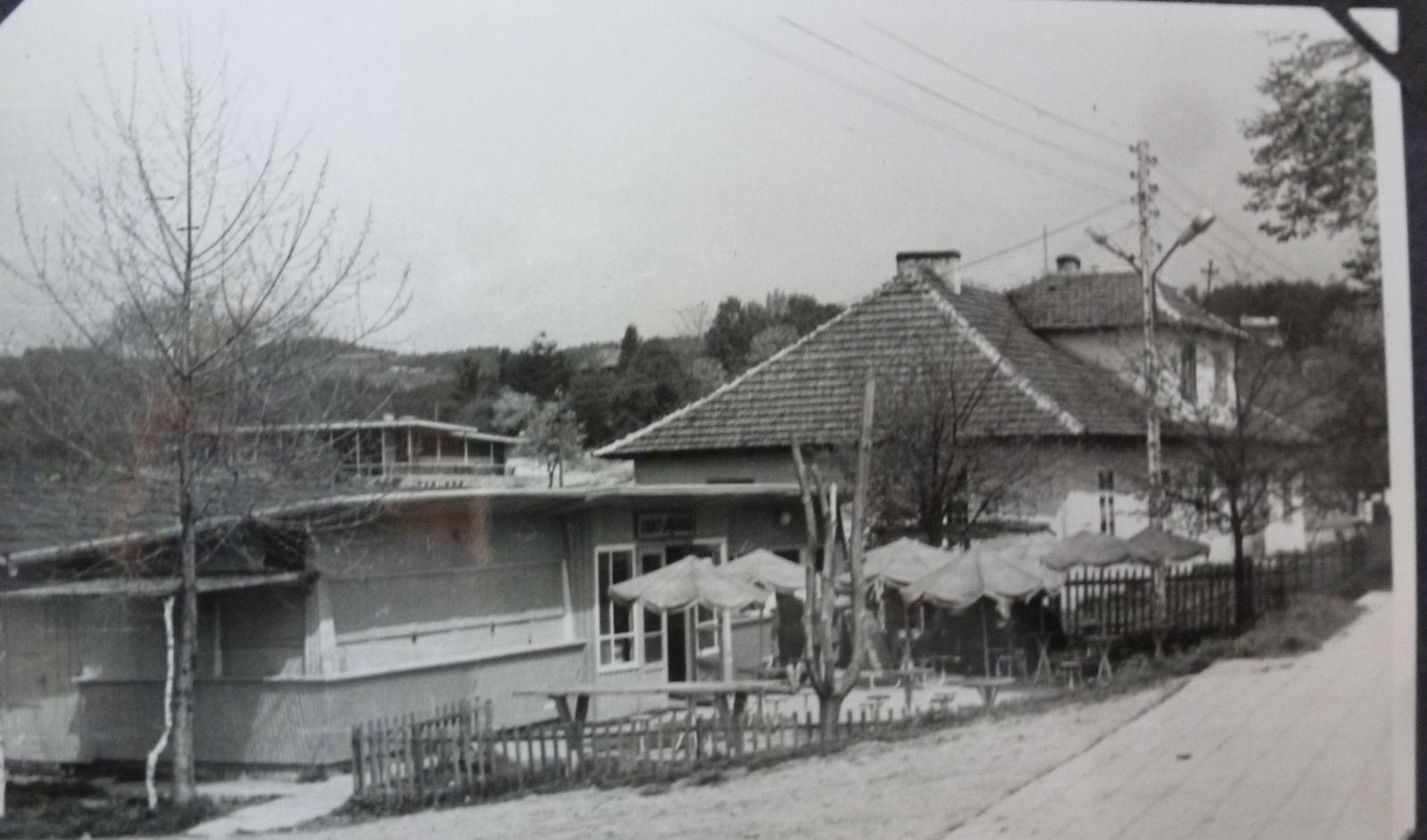 Czarno białe zdjęcie budynku starego urzędu gminny i baru w gródku nad Dunajcem
